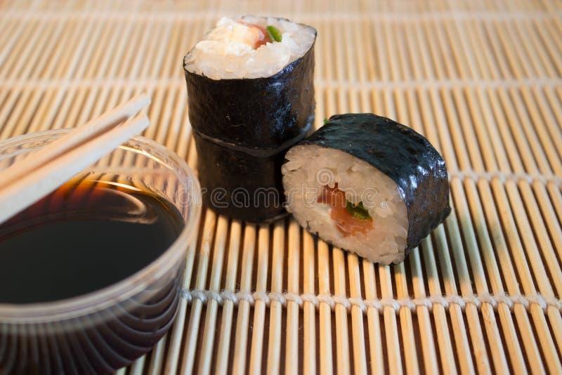 Sushi na esteira de bambu imagens de stock royalty free