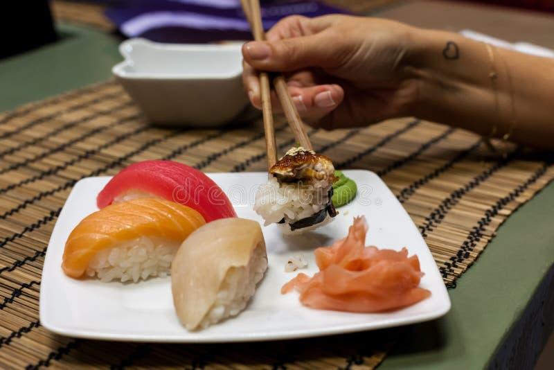 Sushi - nigiri con l'anguilla, il tonno, il salmone e il seriol immagini stock libere da diritti