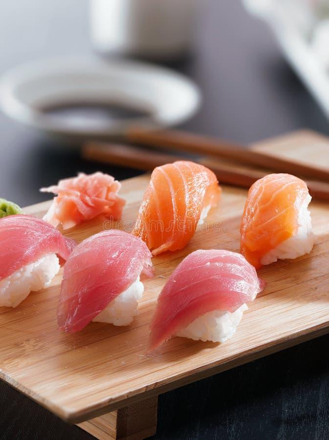 Sushi - nigiri de saumons et de thon image libre de droits