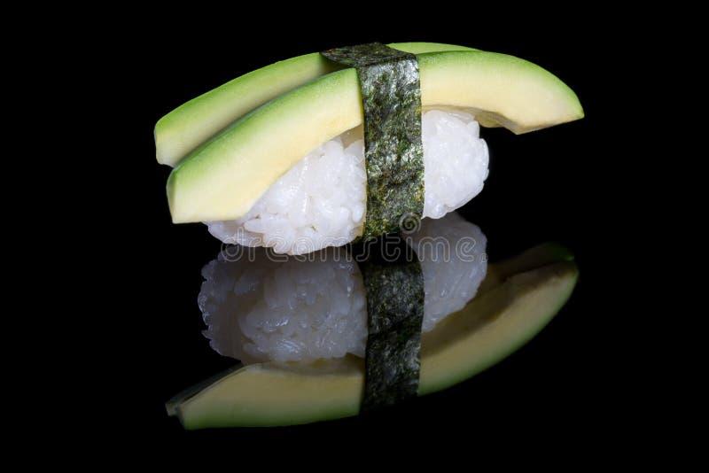 Sushi nigiri mit Avocado auf schwarzem Hintergrund mit Reflexion J stockbilder