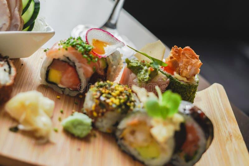 Sushi och japansk mat på tabellen arkivfoto