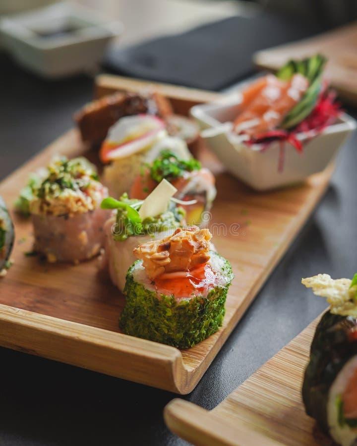 Sushi och japansk mat på tabellen royaltyfri fotografi