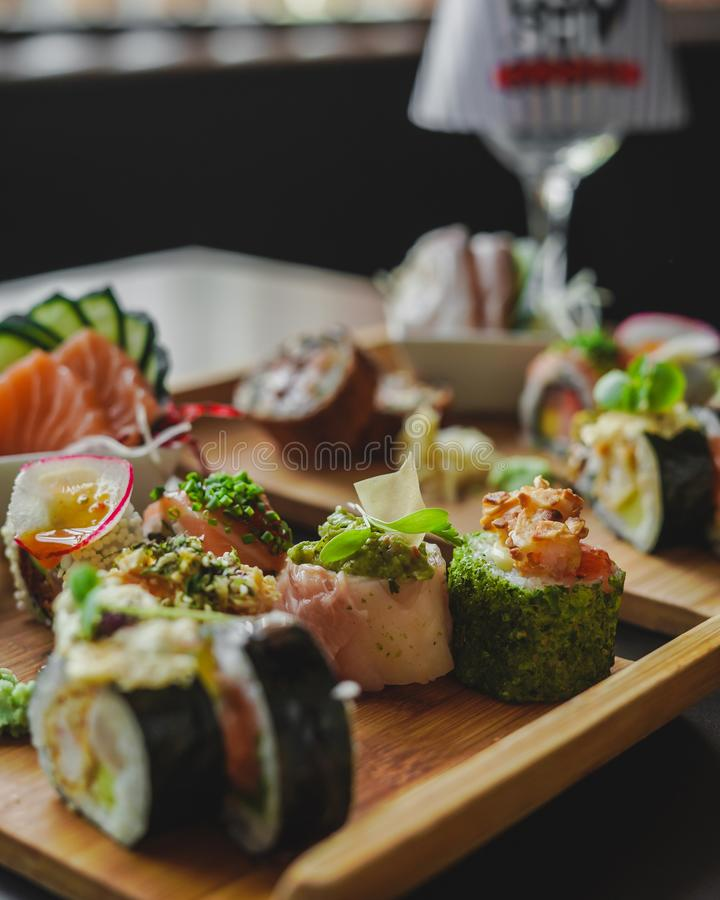 Sushi och japansk mat på tabellen royaltyfria bilder