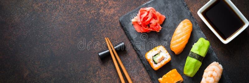 Sushi och sushirulle ställde in på bästa sikt för stentabell royaltyfri fotografi