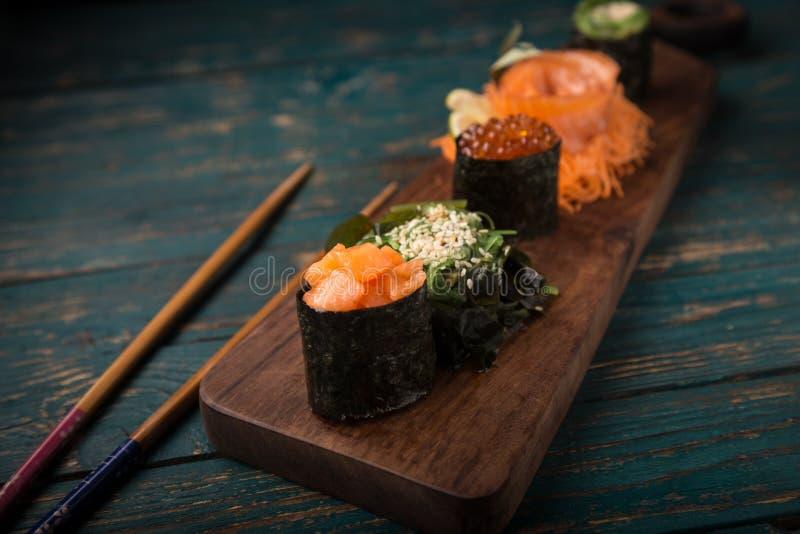 Sushi op een houten dienblad worden geplaatst dat royalty-vrije stock afbeelding