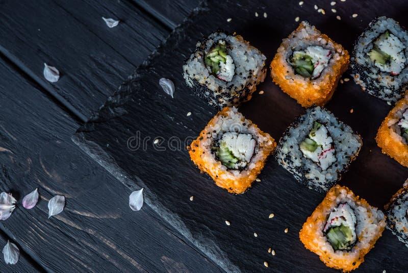 Sushi op een zwarte achtergrond 2 royalty-vrije stock afbeeldingen