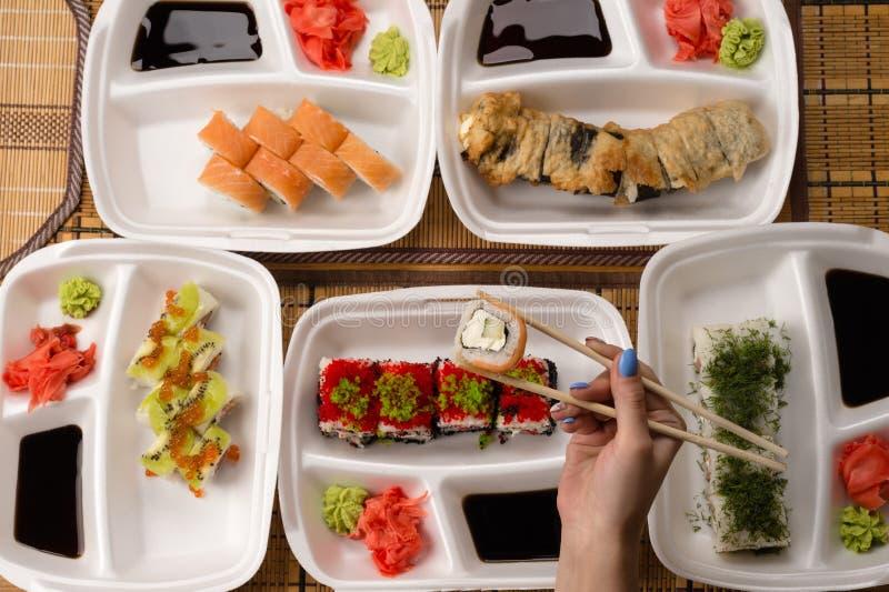Sushi op Storaxschuimplaten stock afbeeldingen