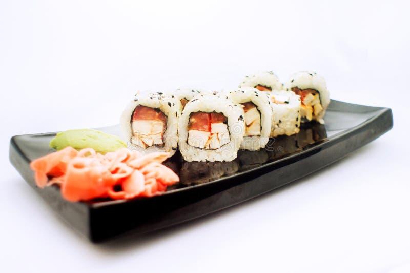 Sushi op zwarte plaat stock fotografie