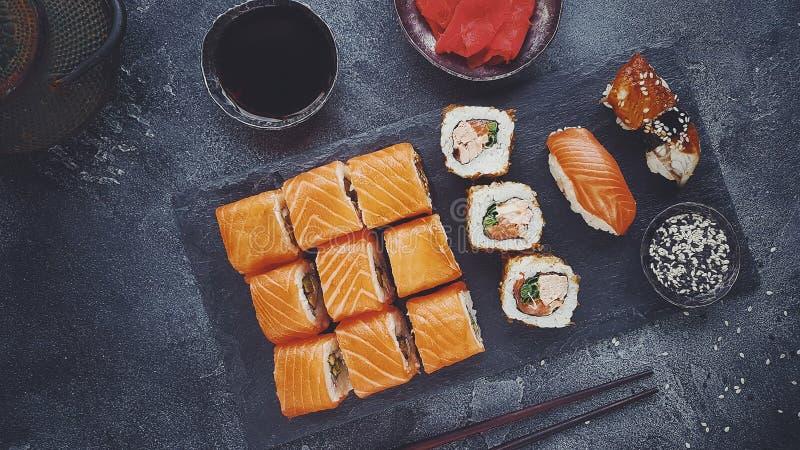Sushi ordinati, vista superiore dell'alimento giapponese, alimento asiatico su un fondo scuro fotografia stock libera da diritti