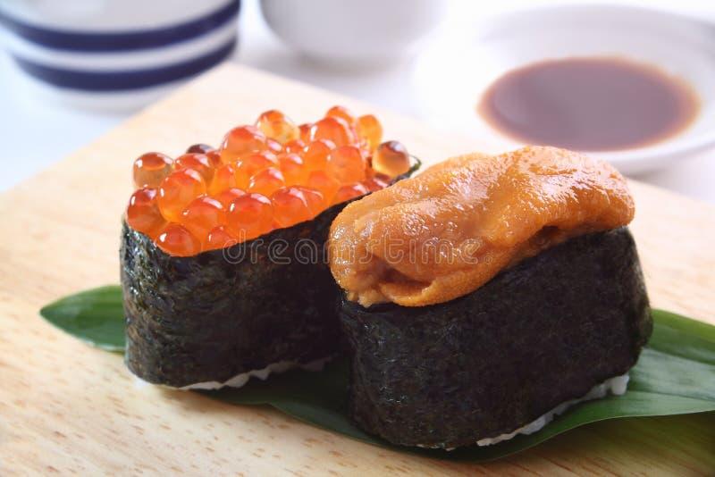 Sushi, ovas do diabrete de mar e dos salmões imagem de stock