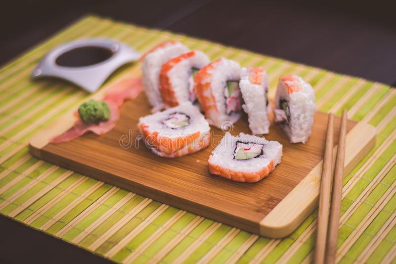Sushi på bambu royaltyfri foto