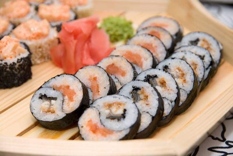 Sushi på den wood plattan royaltyfri fotografi