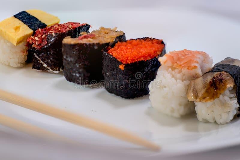 Sushi på en plätera arkivfoto