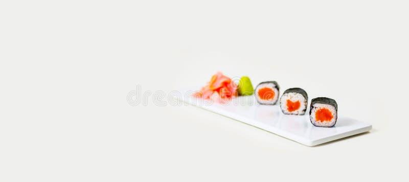 Sushi på en vit platta på en vit bakgrund fotografering för bildbyråer