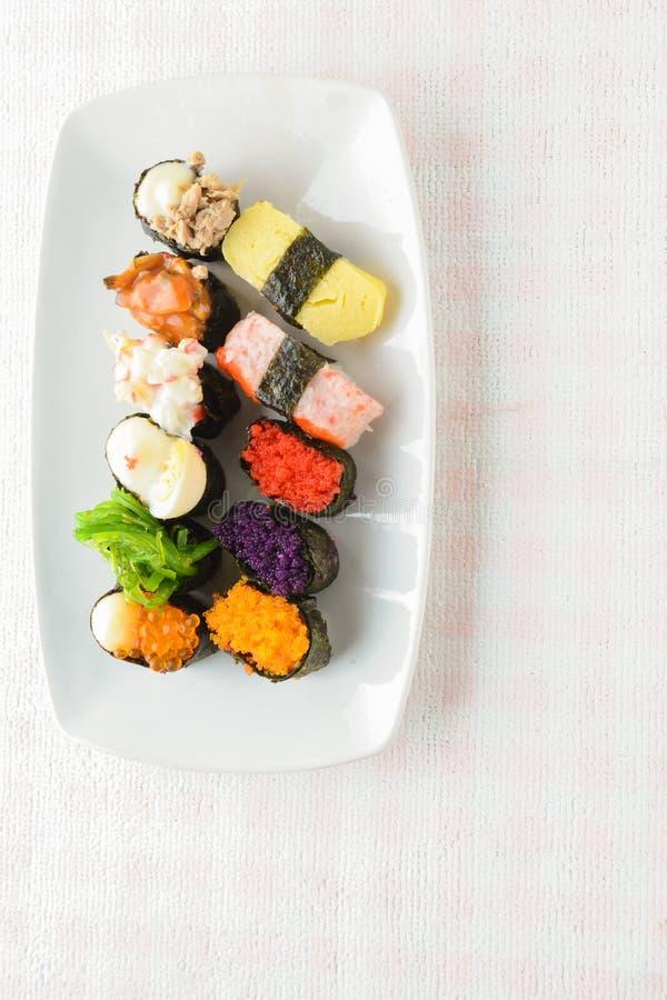 Sushi p? den vita plattan royaltyfri foto