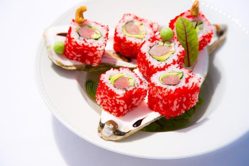 Sushi p? en pl?tera royaltyfria foton