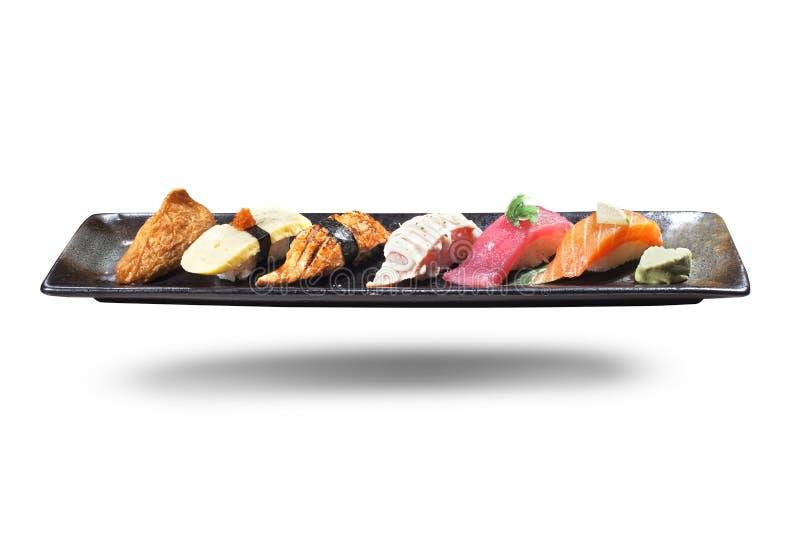 Sushi Plato japonés tradicional del arroz vinegared preparado, acompañando una variedad de mariscos, tales como atún, salmones, c fotografía de archivo libre de regalías