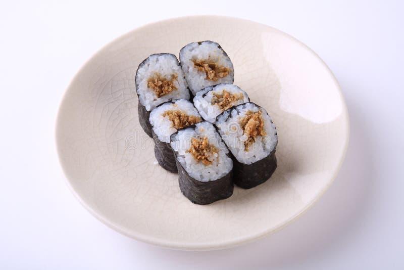 Sushi profondi di maki della pelle di Fried Salmon sul piatto ceramico isolato su wh fotografie stock