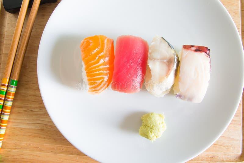 Sushi réglés du plat blanc Nourriture de Janpan photographie stock libre de droits