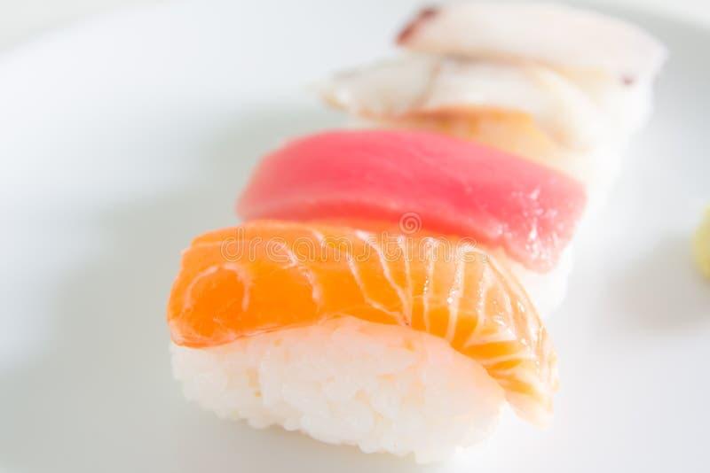 Sushi réglés du plat blanc Nourriture de Janpan image stock