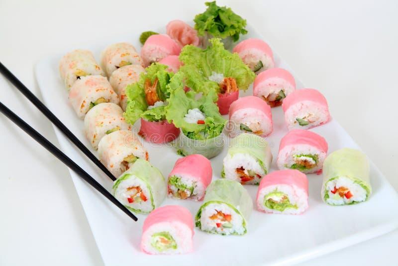 Sushi réglés du plat blanc traditionnel japonais de nourriture photo libre de droits
