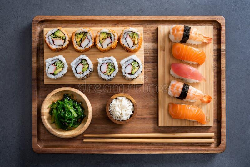 Sushi réglés sur le plateau en bambou photo libre de droits