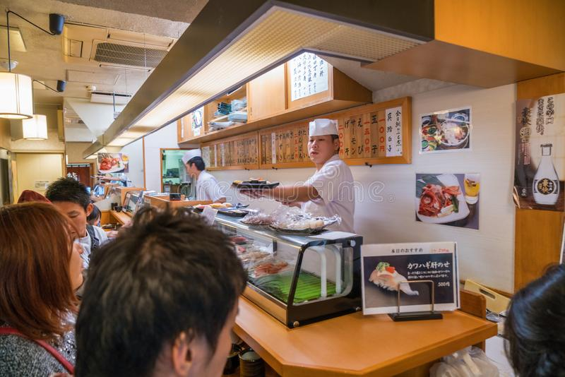 Sushi-Restaurant, zentraler Fischmarkt Tsukiji, Tokyo lizenzfreie stockfotos