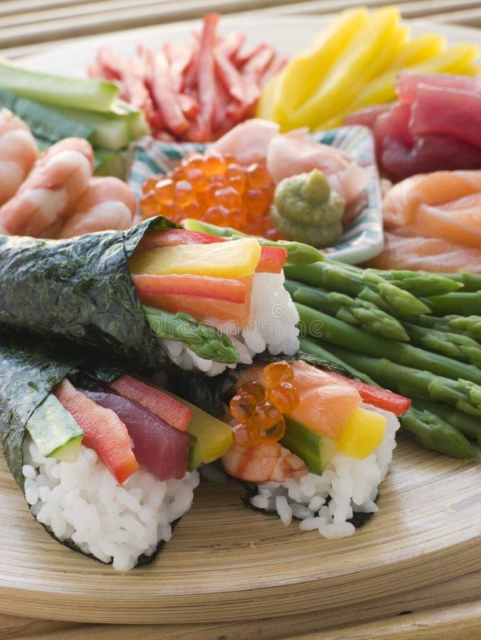 Sushi rolado mão do marisco e do vegetal fotografia de stock