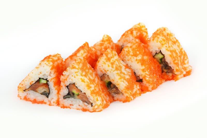 Sushi-Rolle - Maki Sushi machte vom geräucherten Aal-, Frischkäse-, Lachs- und tiefemfried vegetables-Innere, lokalisiert auf wei stockfotos