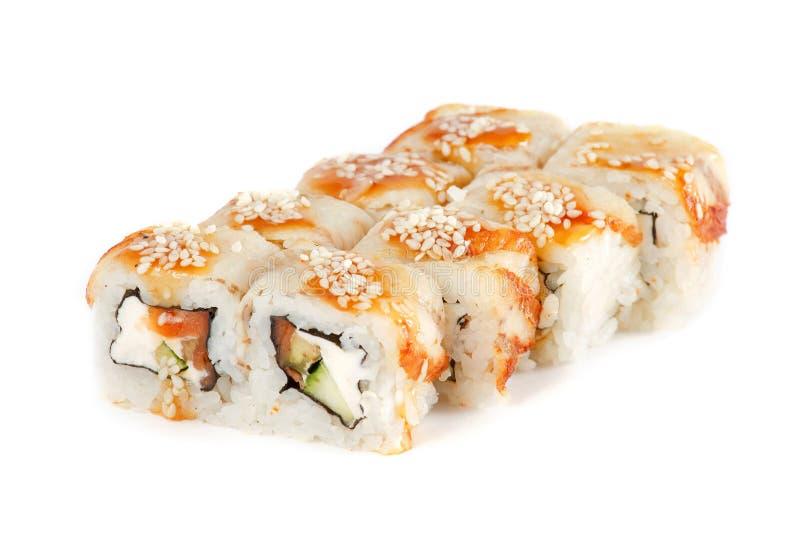 Sushi-Rolle - Maki Sushi machte vom geräucherten Aal, von Lachsen, von indischem Sesam, von Frischkäse und von tiefem Fried Veget lizenzfreies stockbild