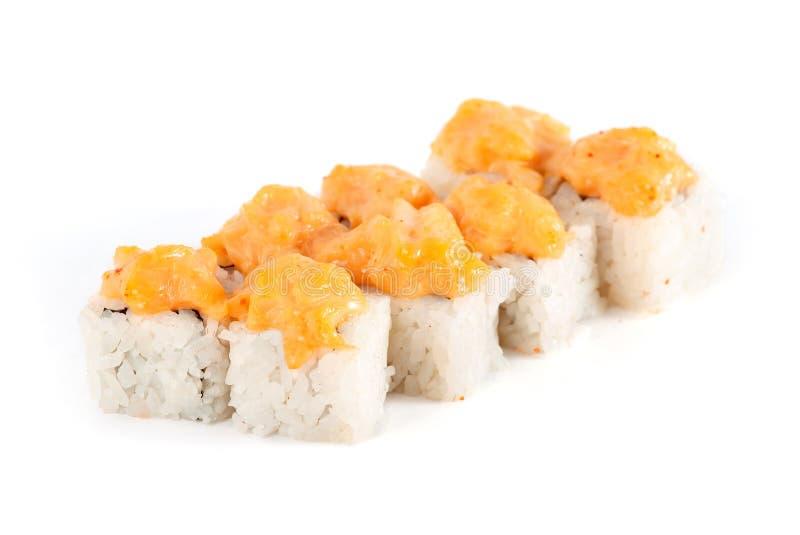 Sushi-Rolle - Maki Sushi mit den Lachsen, Gurke, Frischkäse und Gewürz-Soße lokalisiert auf weißem Hintergrund lizenzfreie stockfotografie