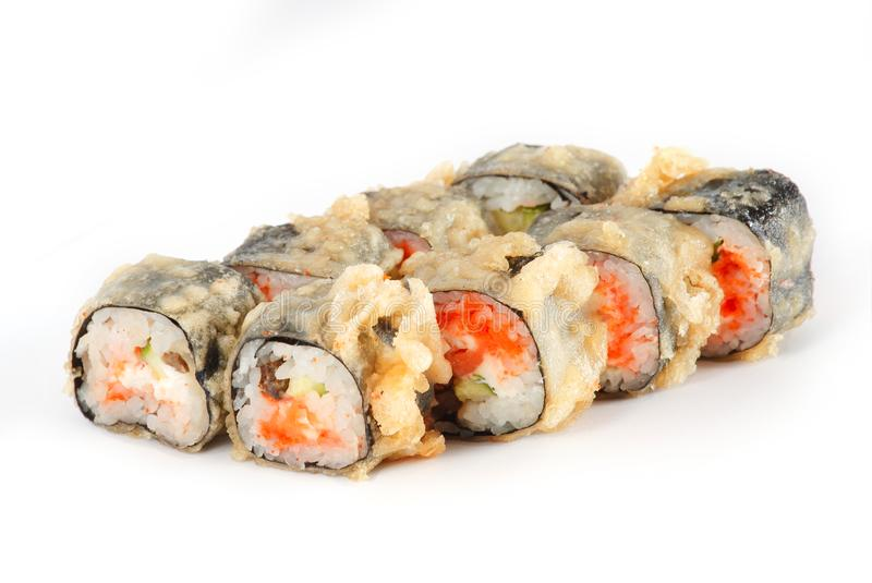 Sushi-Rolle - Maki Sushi mit der Hühner-, Salmon Roe-, Gurken-und Gewürz-Soße lokalisiert auf weißem Hintergrund stockfotografie