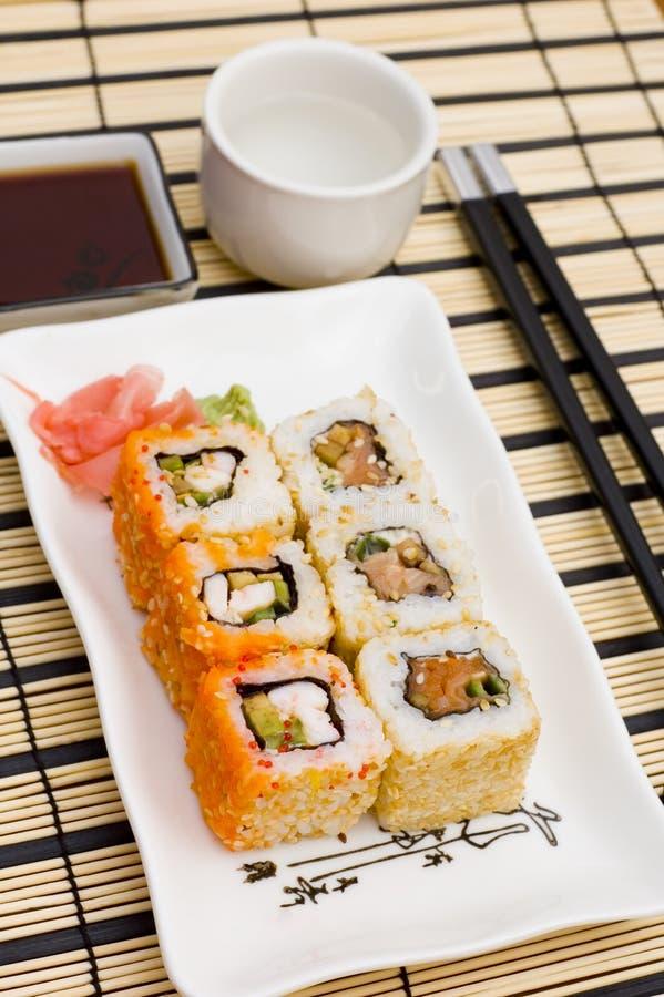 Sushi (Rollen) auf einer Platte lizenzfreies stockbild