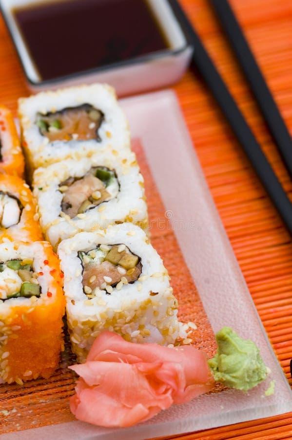 Sushi (Rollen) auf einer Platte lizenzfreie stockfotos
