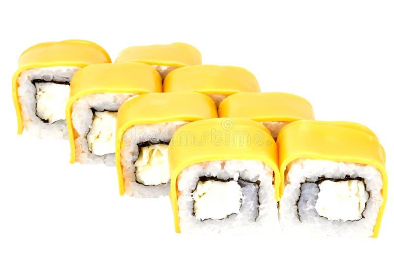 Sushi rollen die japanische Nahrung, die auf der weißen Hintergrundkalifornien-Sushirolle lokalisiert wird, die in der Käsenahauf stockbild