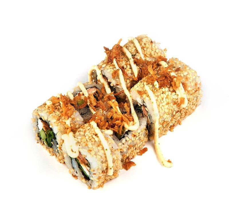 Sushi, rolo com sementes de sésamo e molho no fundo branco Alimento japonês imagem de stock