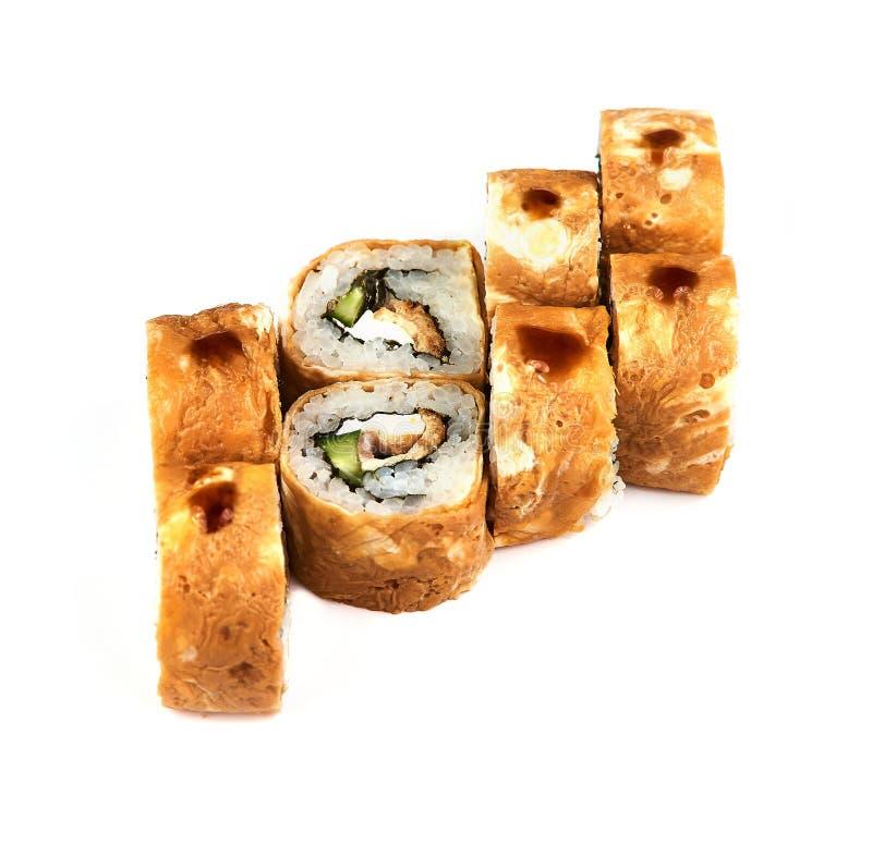 Sushi, rolo quente na massa um fundo branco Alimento japonês imagens de stock royalty free