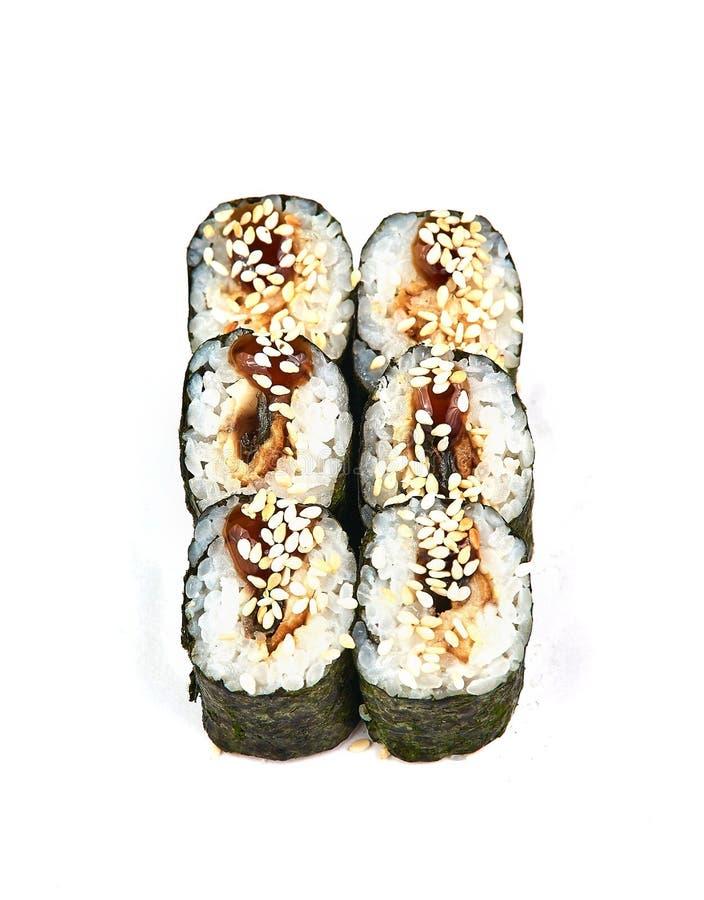 Sushi, rotolo con l'anguilla su fondo bianco Alimento giapponese fotografie stock libere da diritti