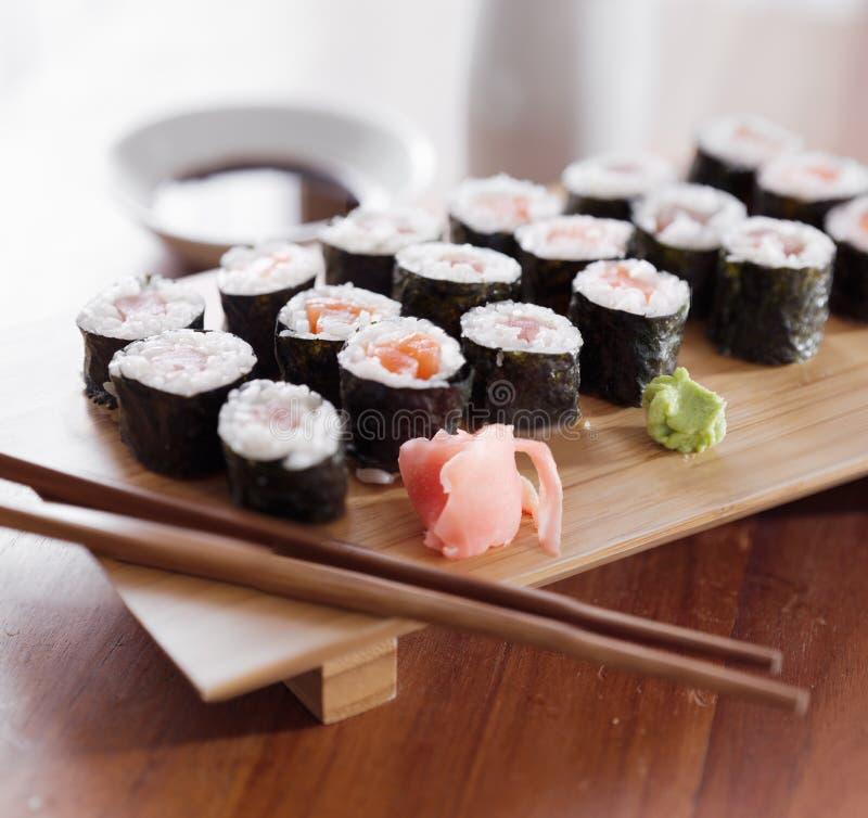 Sushi - roulis de maki de thon et de saumons. photos stock
