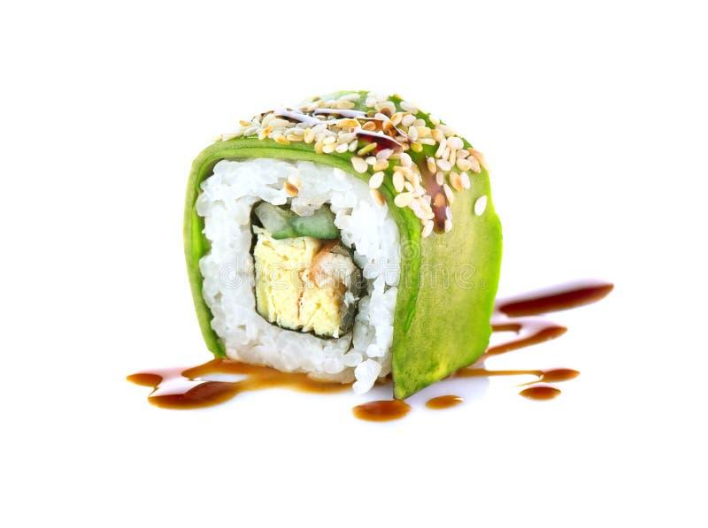 Sushi rullar över vit bakgrund Sushirulle med ålen, tofuen, grönsaker och avokadot arkivfoto