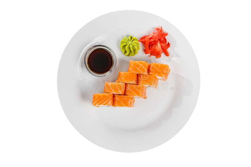 Sushi rullar p? en vit isolerade bakgrund arkivbilder
