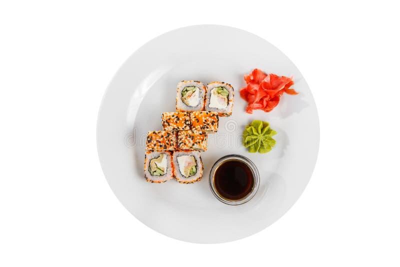 Sushi rullar p? en vit isolerade bakgrund arkivbild