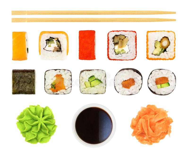 Sushi, rullar, soya, pinnar, etc. isolerat arkivfoto