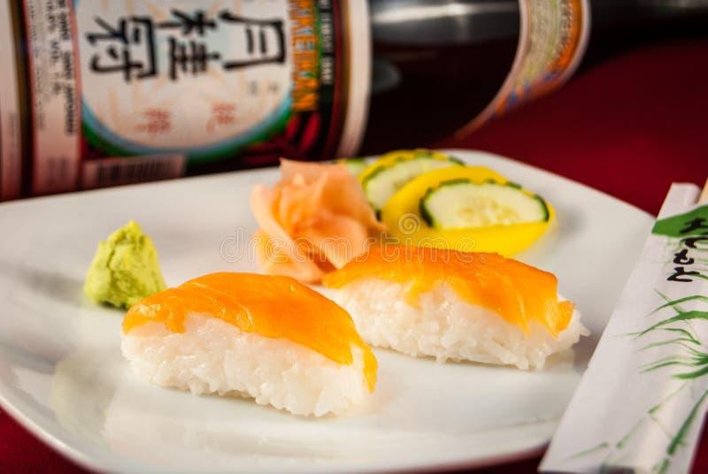 Sushi Salmon Nigiri met eetstokjes stock foto's