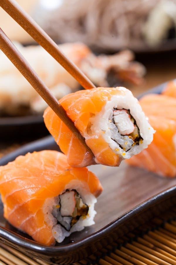 Sushi saumonés Rolls image stock