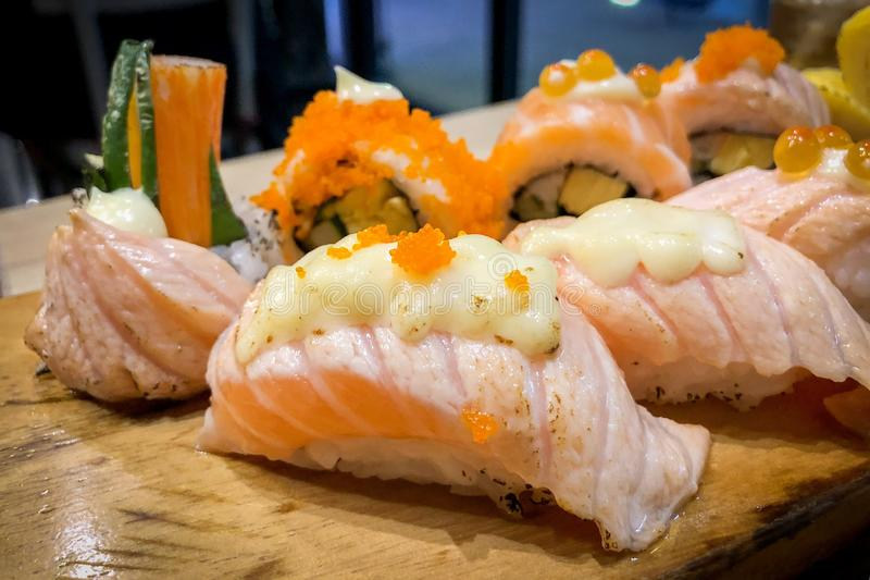 Sushi saumon?s sur la table en bois photo libre de droits