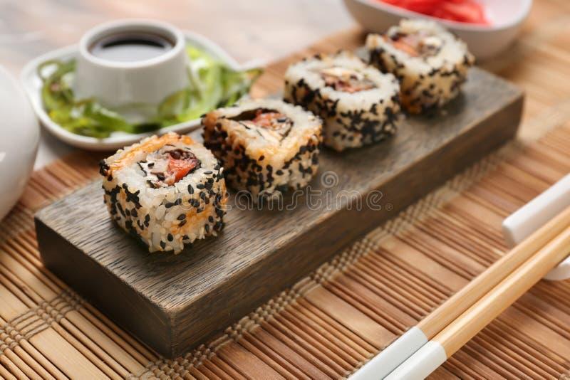 Sushi savoureux sur le support en bois photographie stock