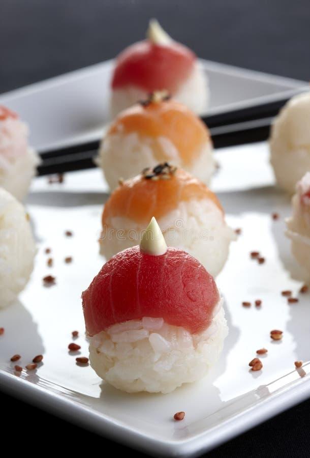 Sushi servido en la placa imágenes de archivo libres de regalías