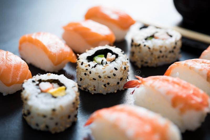 Sushi servido en la placa fotografía de archivo