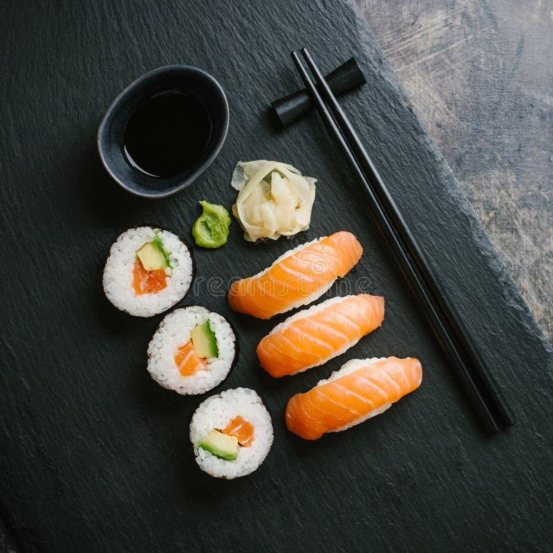 Sushi servido na placa na tabela escura fotos de stock royalty free